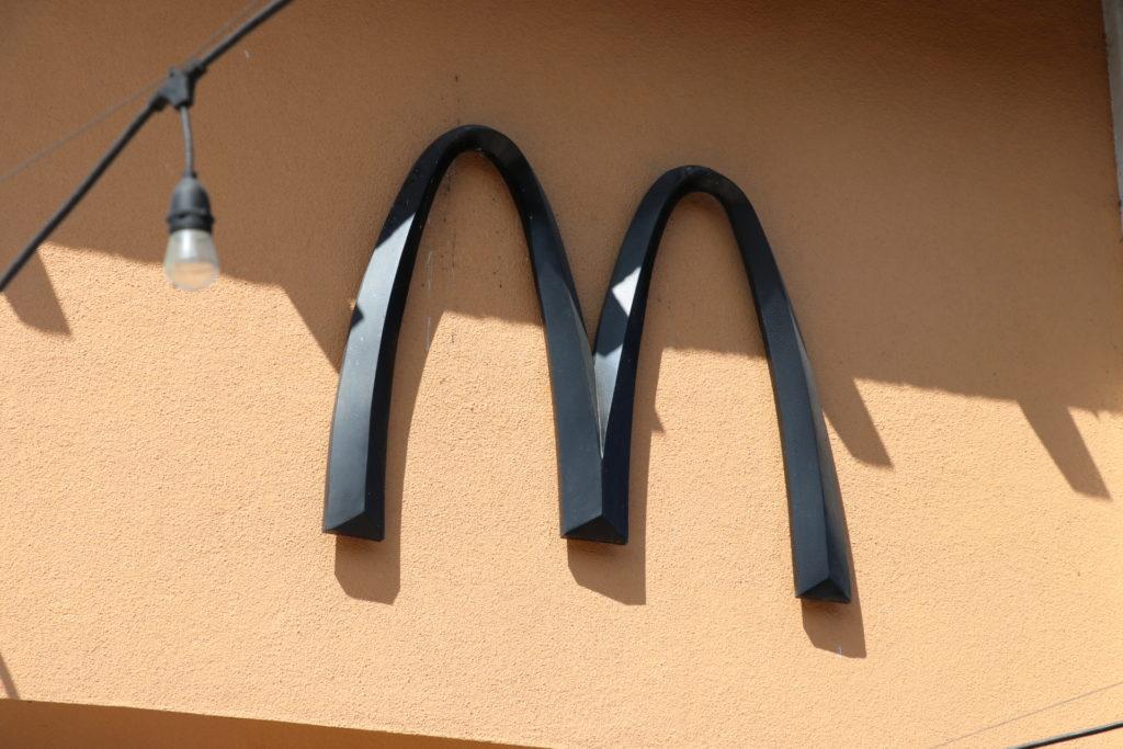 黒いアーチのマクドナルド