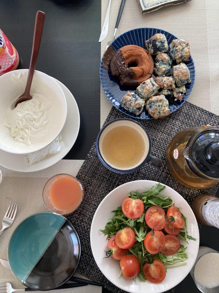 朝食、スコーン、ドーナツ、サラダ、生クリーム、ブルーベリースコーン