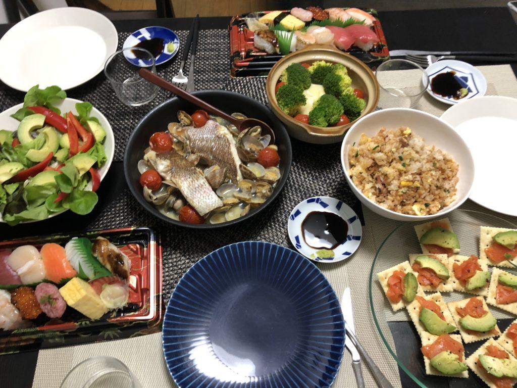 クリスマスディナー、寿司、アクアパッツァ、塩辛チャーハン、カマンベールチーズフォンデュ