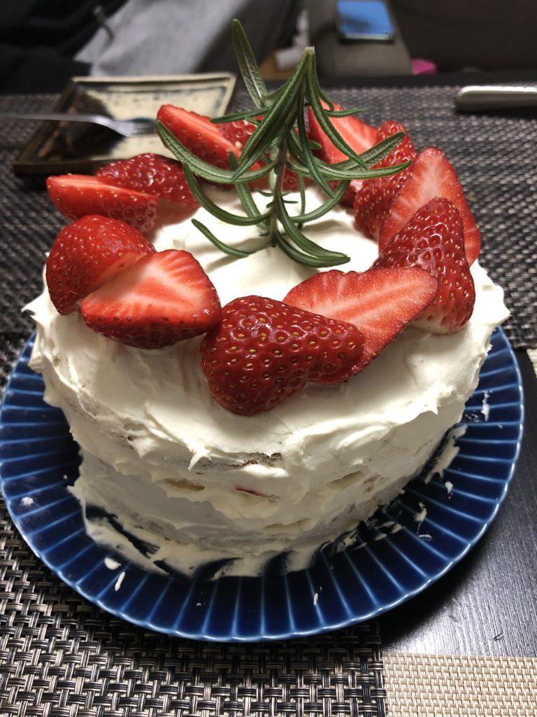 イチゴのケーキ、ローズマリー、クリスマスツリー